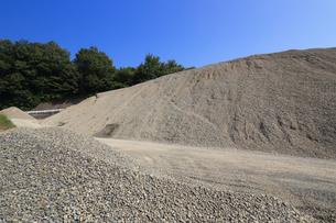産業用の砂利山の写真素材 [FYI03005379]