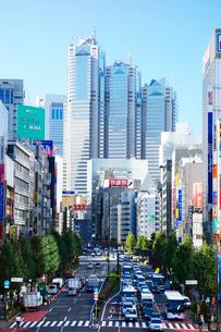 新宿の交通とビル群の写真素材 [FYI03005396]