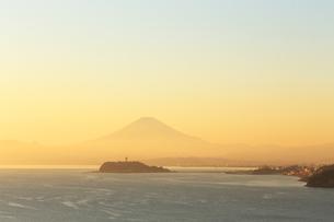 富士山と江の島の写真素材 [FYI03005474]