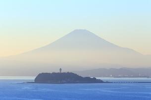 富士山と江の島の写真素材 [FYI03005476]