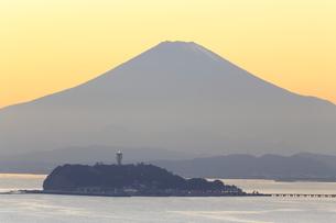 富士山と江の島の写真素材 [FYI03005485]
