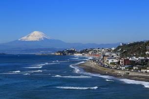 稲村ケ崎からの富士山と江の島の写真素材 [FYI03005529]