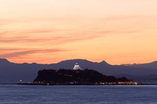 シーキャンドルライトアップした江ノ島の写真素材 [FYI03005633]