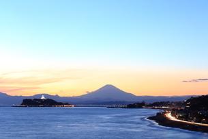 シーキャンドルライトアップした江ノ島と富士山の写真素材 [FYI03005641]