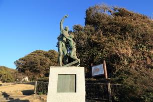 鎌倉海浜公園 徳田兄弟のブロンズ像の写真素材 [FYI03005646]