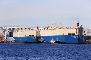 横浜港の自動車専用船の写真素材 [FYI03005662]