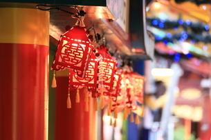 横浜 中華街チャイナ通りの提灯の写真素材 [FYI03005663]