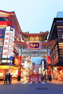 横浜 中華街善隣門の夜景の写真素材 [FYI03005670]