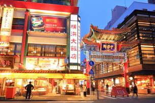 横浜 中華街善隣門の夜景の写真素材 [FYI03005677]