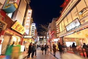 横浜 中華街の夜景の写真素材 [FYI03005682]
