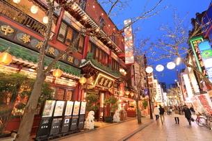 横浜 中華街の夜景の写真素材 [FYI03005683]