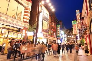 横浜 中華街の夜景の写真素材 [FYI03005684]