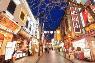 横浜 中華街の夜景の写真素材 [FYI03005685]