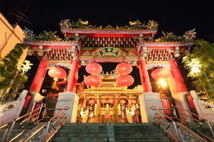 横浜 中華街関帝廟の夜景の写真素材 [FYI03005688]