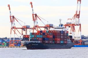 本牧埠頭を出港するコンテナ船の写真素材 [FYI03005704]