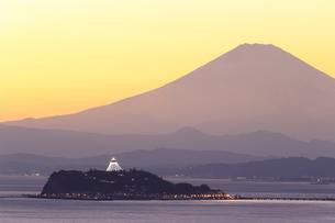 富士山と江の島のシーキャンドルライトアップの写真素材 [FYI03005709]
