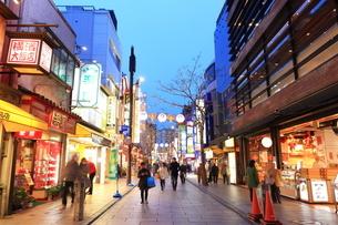 横浜 中華街の夜景の写真素材 [FYI03005712]