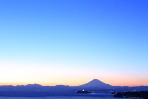 富士山と江の島のシーキャンドルライトアップの写真素材 [FYI03005713]