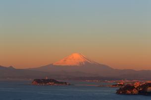 朝日の富士山と江の島の写真素材 [FYI03005714]
