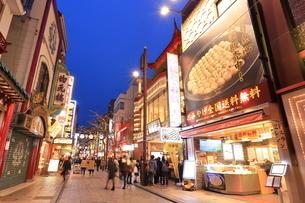 横浜 中華街の夜景の写真素材 [FYI03005715]