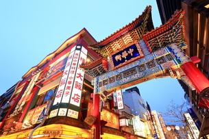 横浜 中華街善隣門の夜景の写真素材 [FYI03005716]