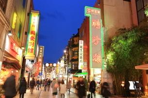 横浜 中華街の夜景の写真素材 [FYI03005718]
