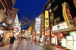横浜 中華街の夜景の写真素材 [FYI03005720]