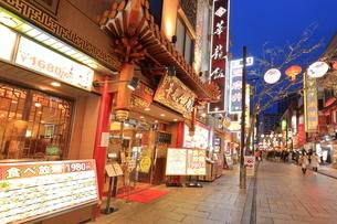 横浜 中華街の夜景の写真素材 [FYI03005721]