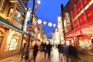 横浜 中華街の夜景の写真素材 [FYI03005723]