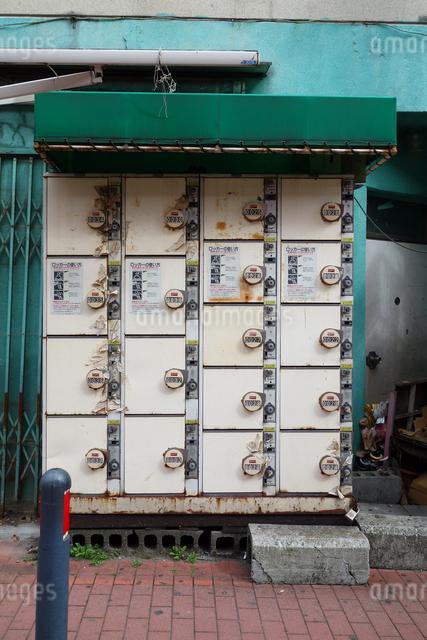 雨ざらしのコインロッカーの写真素材 [FYI03005728]