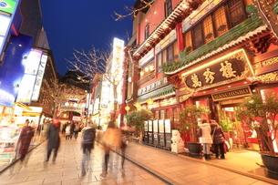 横浜 中華街の夜景の写真素材 [FYI03005730]