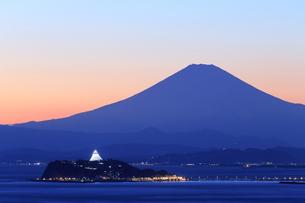 富士山と江の島のシーキャンドルライトアップの写真素材 [FYI03005743]