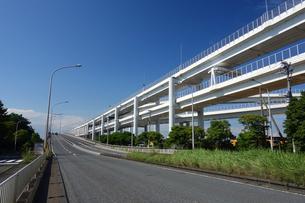 一般道と並走する首都高速道路の写真素材 [FYI03005834]