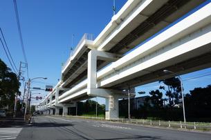 一般道と並走する首都高速道路の写真素材 [FYI03005835]
