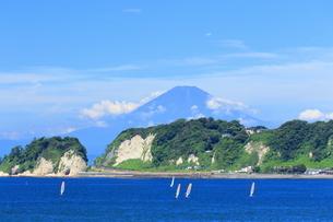 夏富士の見える稲村ヶ崎界隈の写真素材 [FYI03005871]