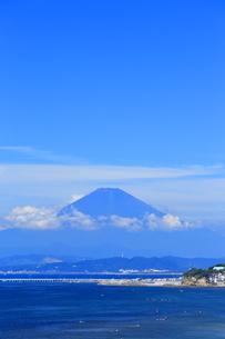 夏富士の見える湘南海岸の写真素材 [FYI03005908]