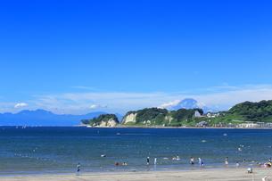 夏富士の見える材木座海岸の写真素材 [FYI03005913]