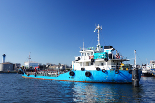 運河に係留する作業船の写真素材 [FYI03005952]
