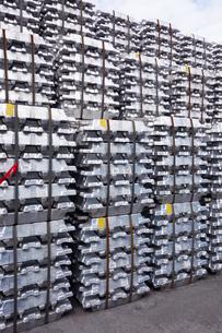 横浜港 大黒埠頭のアルミニウムインゴットの写真素材 [FYI03006034]