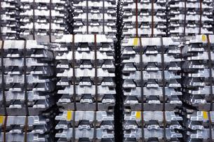 横浜港 大黒埠頭のアルミニウムインゴットの写真素材 [FYI03006035]