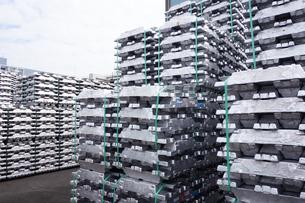横浜港 大黒埠頭のアルミニウムインゴットの写真素材 [FYI03006037]