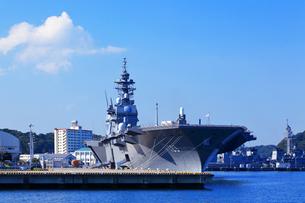 横須賀港の護衛艦いずもの写真素材 [FYI03006052]