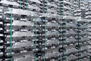 横浜港 大黒埠頭のアルミニウムインゴットの写真素材 [FYI03006070]