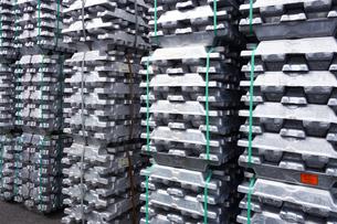 横浜港 大黒埠頭のアルミニウムインゴットの写真素材 [FYI03006072]