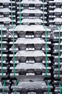横浜港 大黒埠頭のアルミニウムインゴットの写真素材 [FYI03006073]