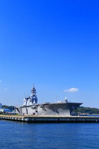 横須賀港の護衛艦いずもの写真素材 [FYI03006090]