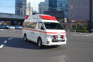 急行する救急車の写真素材 [FYI03006135]
