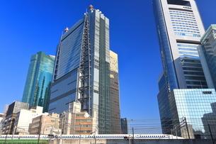 汐留の高層ビル群と東海道新幹線の写真素材 [FYI03006138]