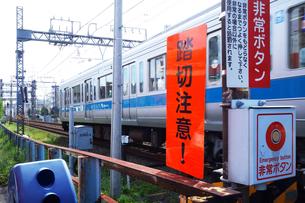 踏切りを通過する電車の写真素材 [FYI03006179]