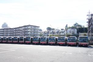 出発を待つ路線バスの写真素材 [FYI03006183]